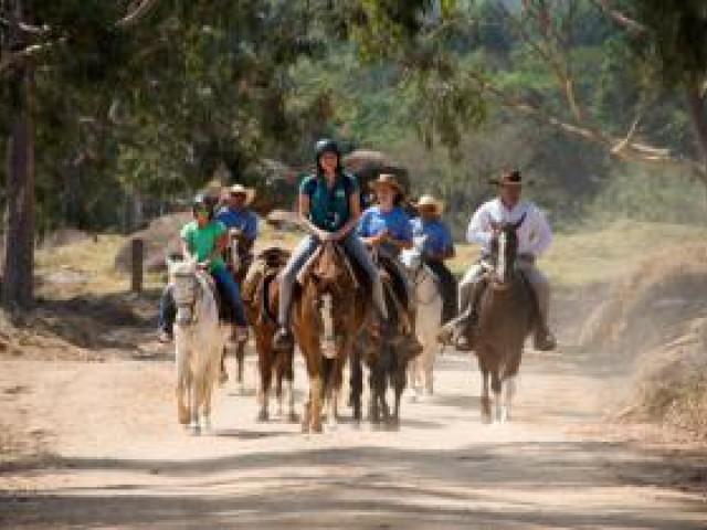 Fazenda Capoava recria a tradicional Cavalgada da Queima do Alho
